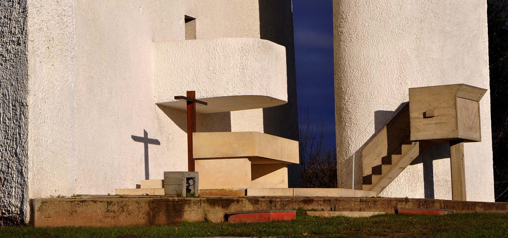 Ambone esterno, cappella di Ronchamp, progetto Le COrbusier, consulenza liturgico-artistsica p. Couturier.Espressinoe di plastica essenzialità. (Foto D. Basso)