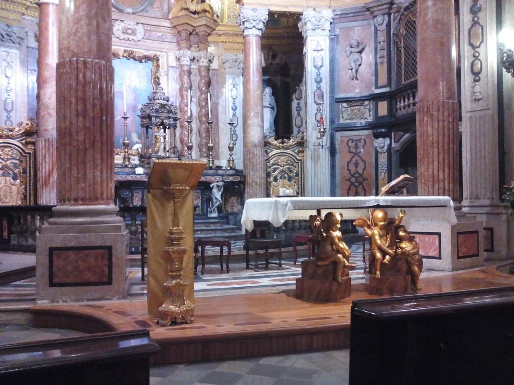 La barocca Real chiesa di S. Lorenzo in Torino è opera di Guarino Guarini, eseguita negli anni tra il 1668 e il 1687. L-adeguamento liturgico propone un prolungamento della pedana presbiterale in legno con leggio sulla sinistra dello altare, elaborati entrambi in forme coerenti col barocco e leggere, per contenere lo impatto visivo.