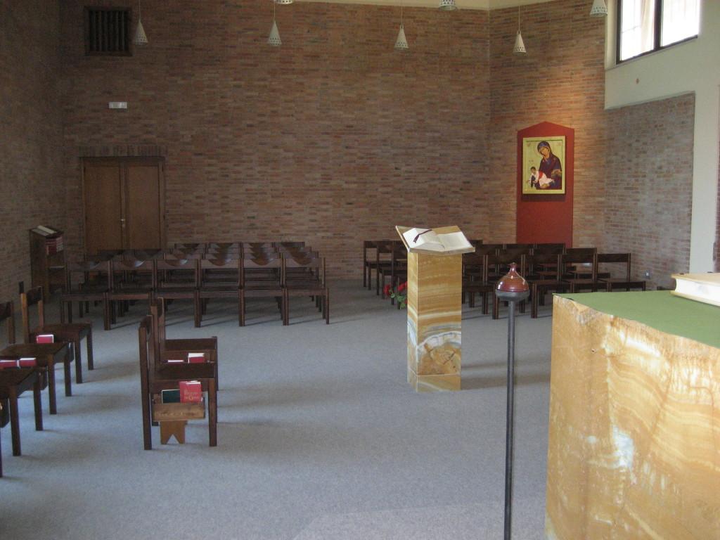Vistsa dall'altare verso l'assemblea. Monache e monaci si raccolgono ai lati dell'asse centrale