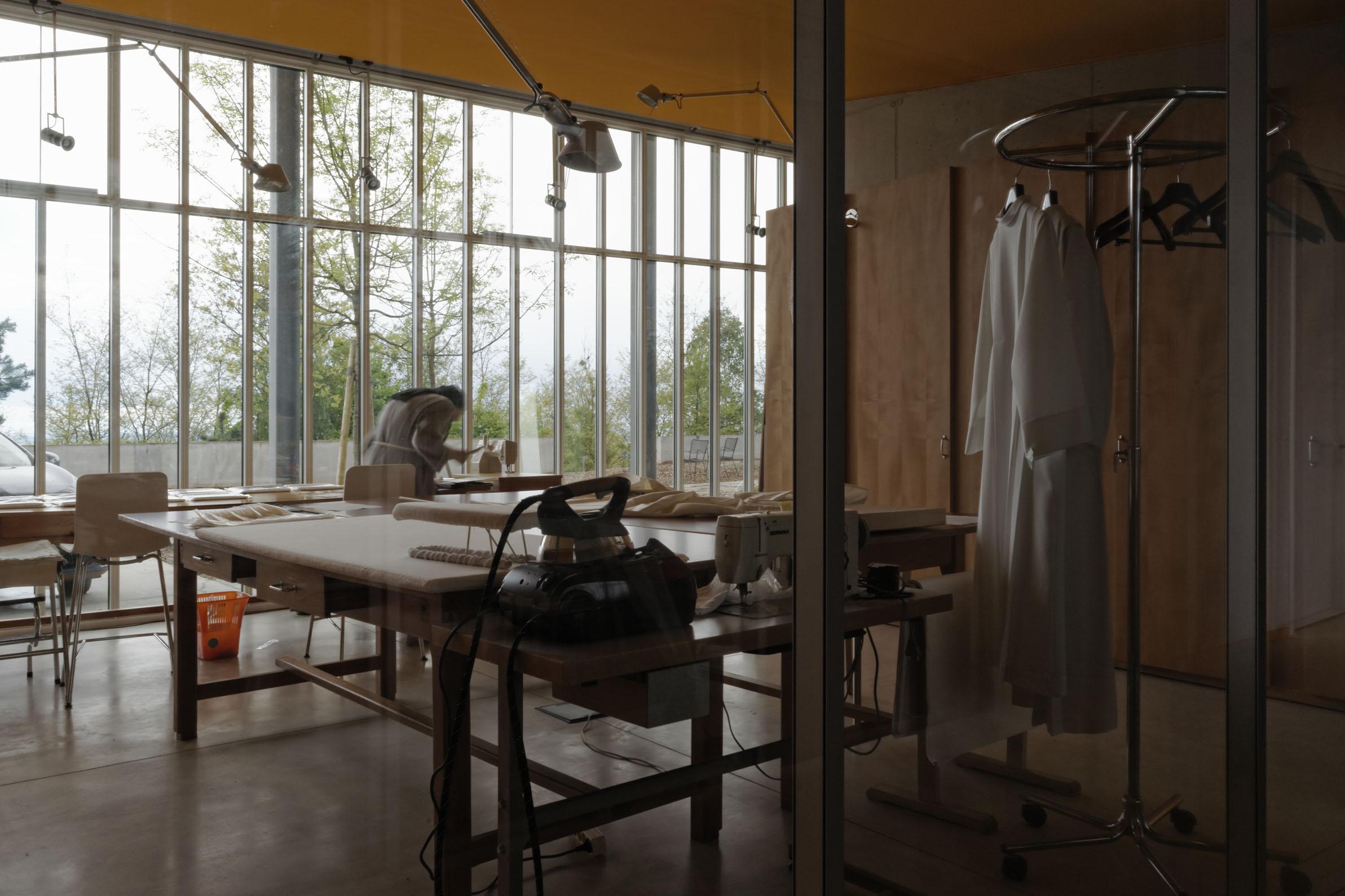 Laboratorio di cucito (foto Quentin Coussirat)