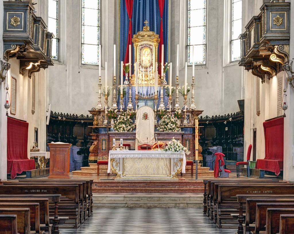 Fig. 5 - Veduta del presbiterio della cattedrale di Faenza prima dell'adeguamento liturgico realizzato nel 2014 dall'arch. Giorgio Gualdrini