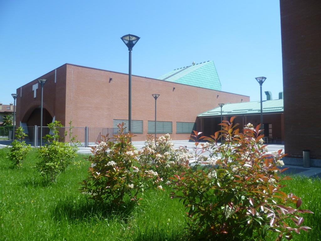 Da sinsitra: il sagrato e il cortile col porticato per i servizi parrocchiali.