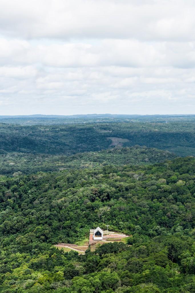 Vista della cappella nell'ambiente silvestre del territorio delle Misiones. (Foto di Ramiro Sosa)