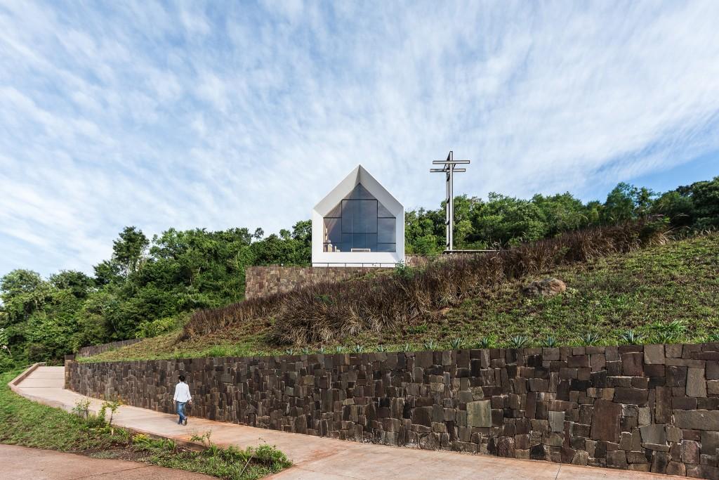 In primo piano il corpo della cappella, sul fondo spicca la grande croce in traliccio metallico (foto di Ramiro Sosa).