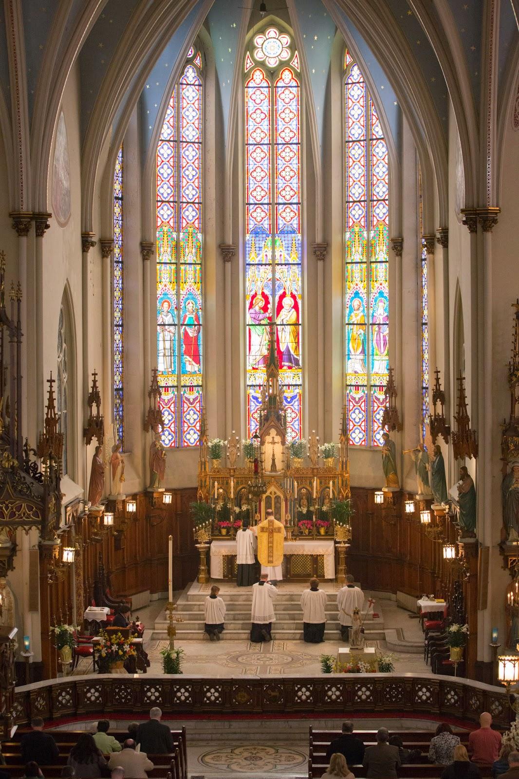 Detroit (USA) chiesa di St Joseph. Sistemazione liturgica di tipo tridentino: presbitrio separato da balaustre, altare addossato e sormontato dal monumentale tabernacolo.