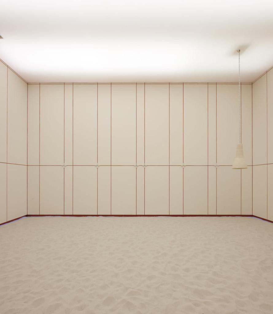 La cappella con le pannelature chiuse resta come spazio totalmente bianco.