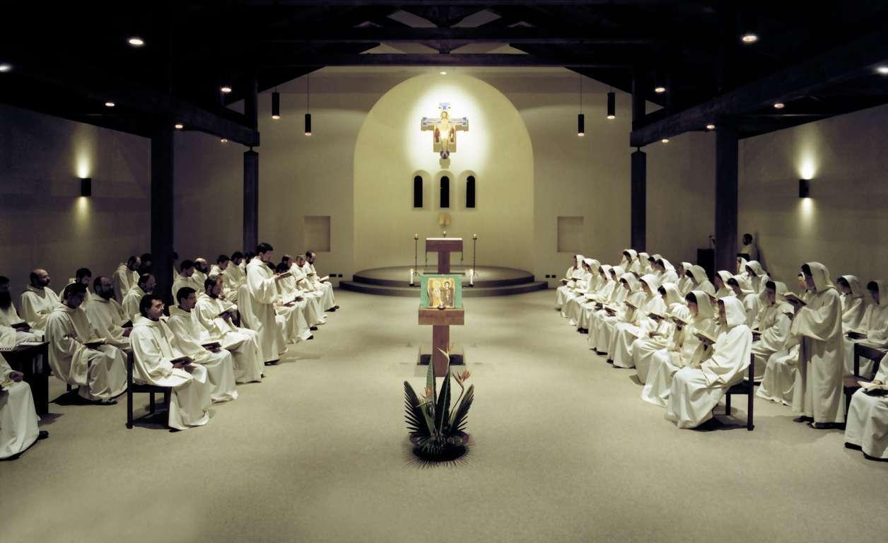 """Chiesa del monastero di Bose. Leggio e altare hanno la stessa consistenza materica e forma a """"Tau"""", così che stabiliscono un dialogo intimo e immediato. Il leggio non è dotato di ambone, ma questo non ne diminuisce l'importanza nell'economia dello spazio celebrativo. (Foto Archivio di Bose)"""