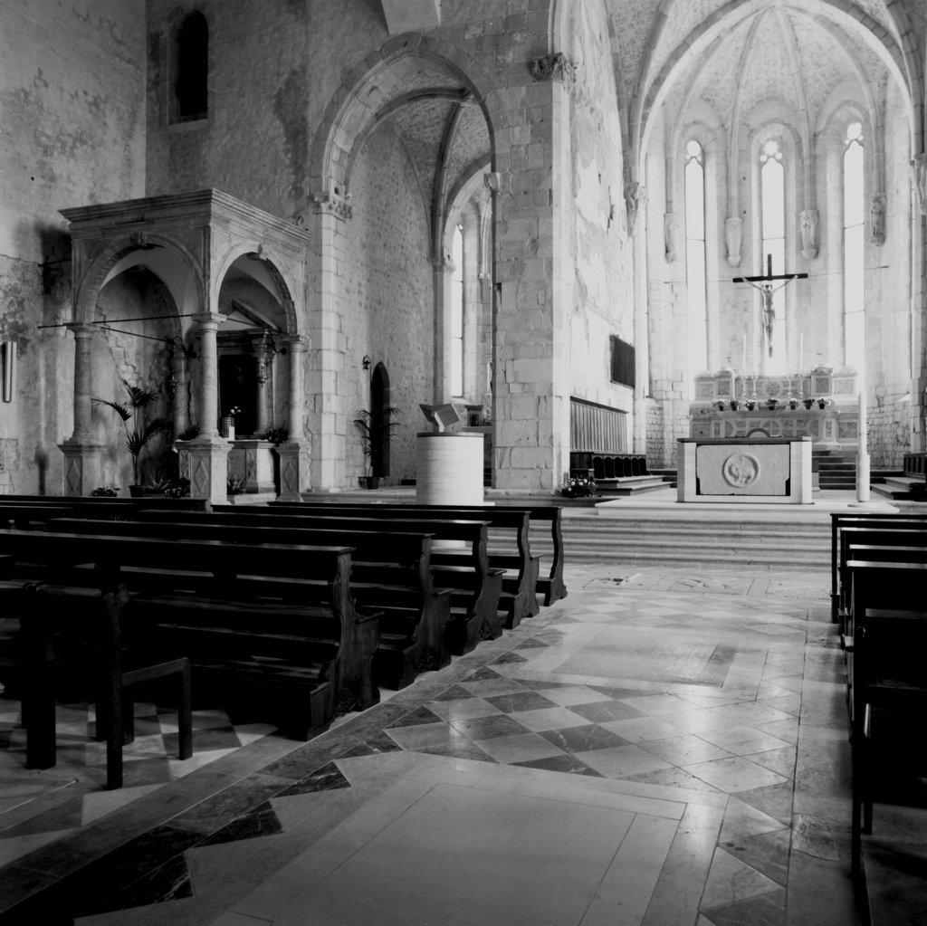 Duomo di Venzone. Adeguamento liturgico di Sandro Pittini. L'ambone è un corpo dalla convessità cilidrica la cui superficie scabra ben lo integra nello storico contesto in pietra. (Foto S. Pittini)