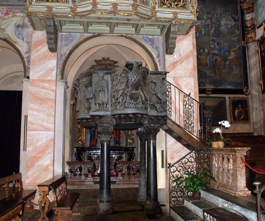 Basilica di San Giulio, Orta, ambone del sec. XII. Nella tradizione, sull'ambone comparivano i simboli dei quattro evangelisti e qui il leggio è sostenuto dalla figura dell'aquila, simbolo di Giovanni (foto-BMK-da-Wikipedia)