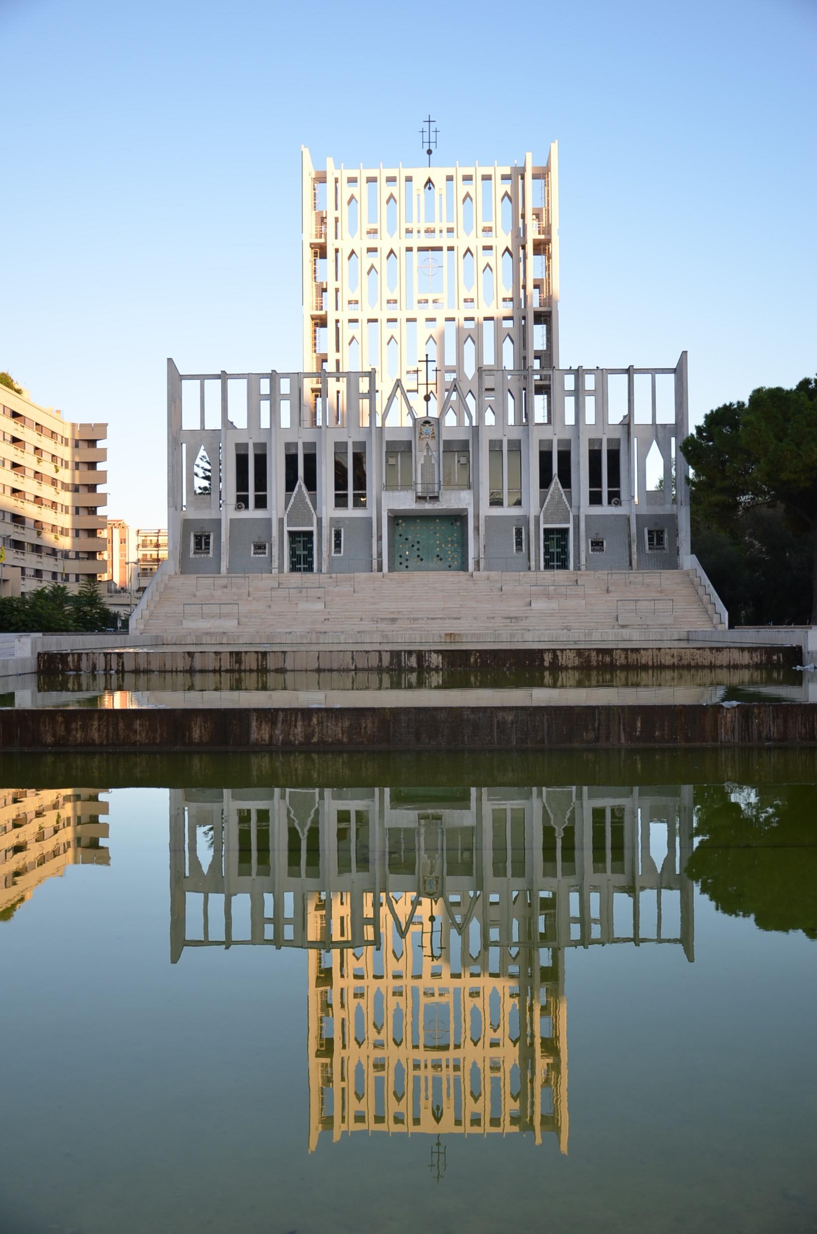 La luce fa risaltare la vela, sintesi del campanile e della cupola, nuovo simbolo della presenza della chiesa in citt?. (foto C. Giordano)