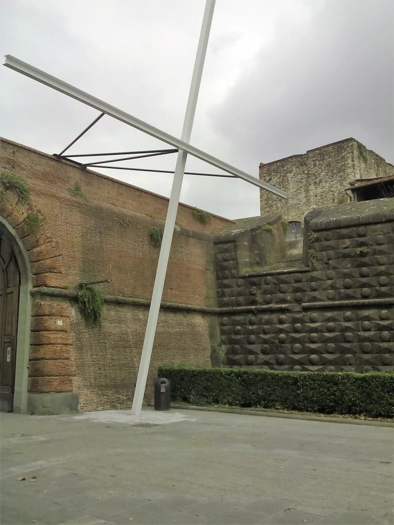 Il convegno si è svolto nel Forte da Basso, la cui porta era preceduta da una semplice quanto eloquente croce bianca.