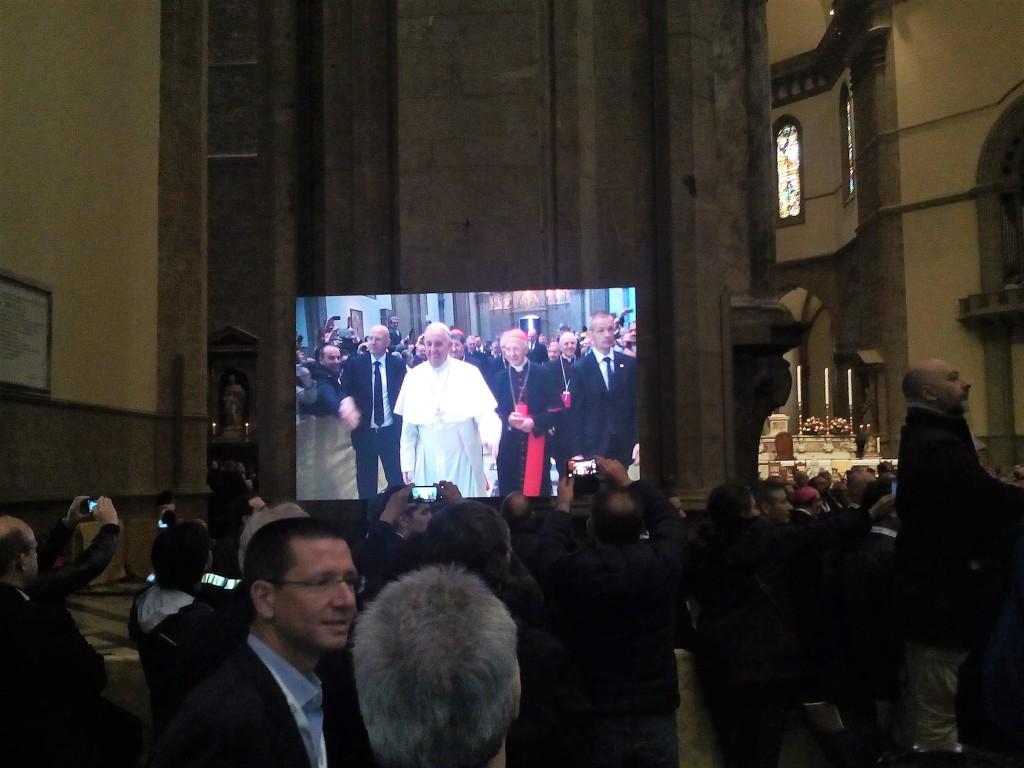Papa Francesco giunge a S. Maria del Fiore per parlare ai vescovi e ai delegati provenineti da tutta Italia.