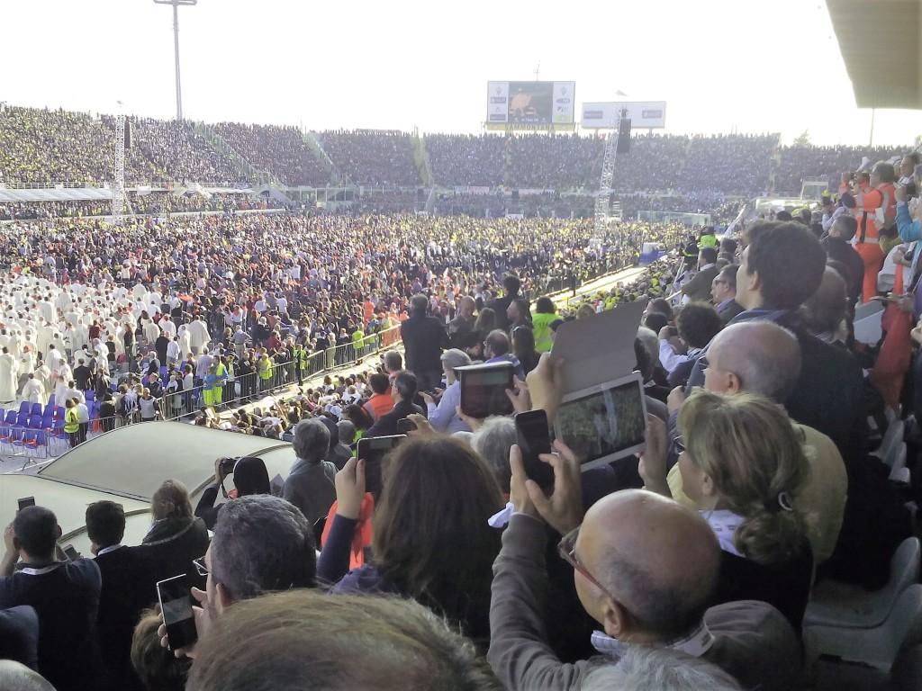 Il pomeriggio di martedì 10 novembre, lo stadio fiorentino era gremito in attesa di papa Francesco che avrebbe celebrato la Messa.