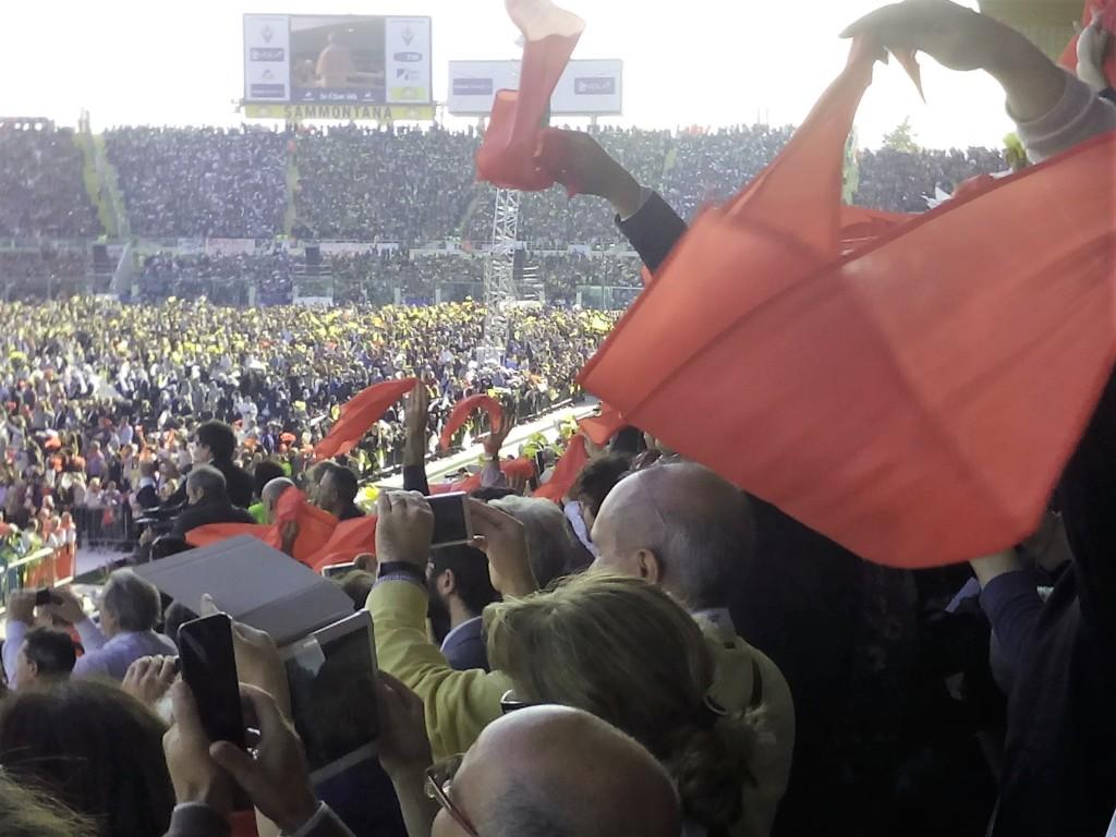 Fazzoletti al vento per salutare papa Francesco.