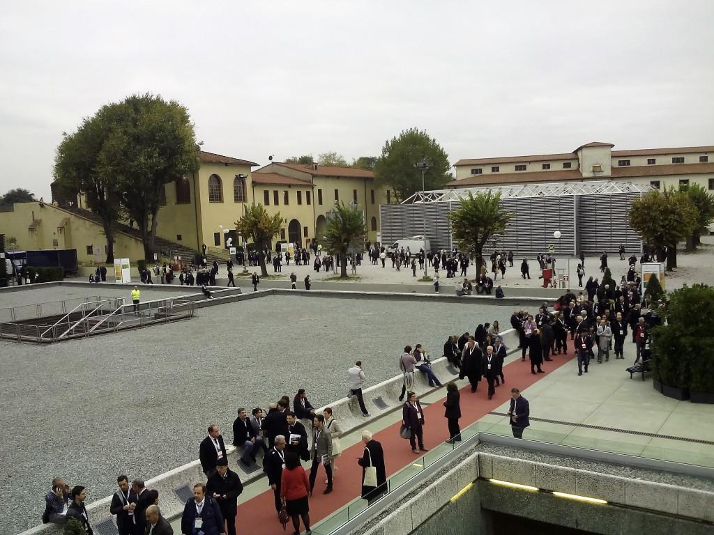 I delegati hano partecipato ai lavori in gruppi di cento divisi intavoli di dieci persone. Nell'immagine: gli spazi aperti del Forte da Basso.