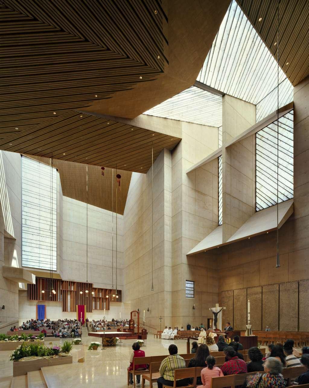 Le due viste laterali evidenziano i rapporti tra altare, cattedra, presidenza, coro, ambone. Il protagonismo dell'altare ? evidente.