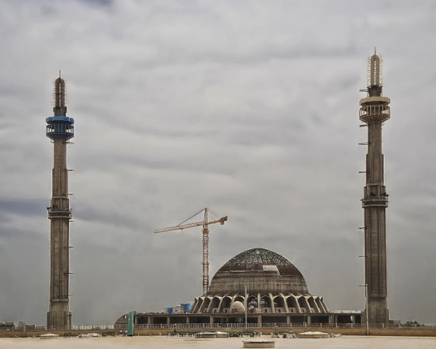Il cantiere in fase avanzata. La moschea è già officiata ma lungi dall'essere completata.