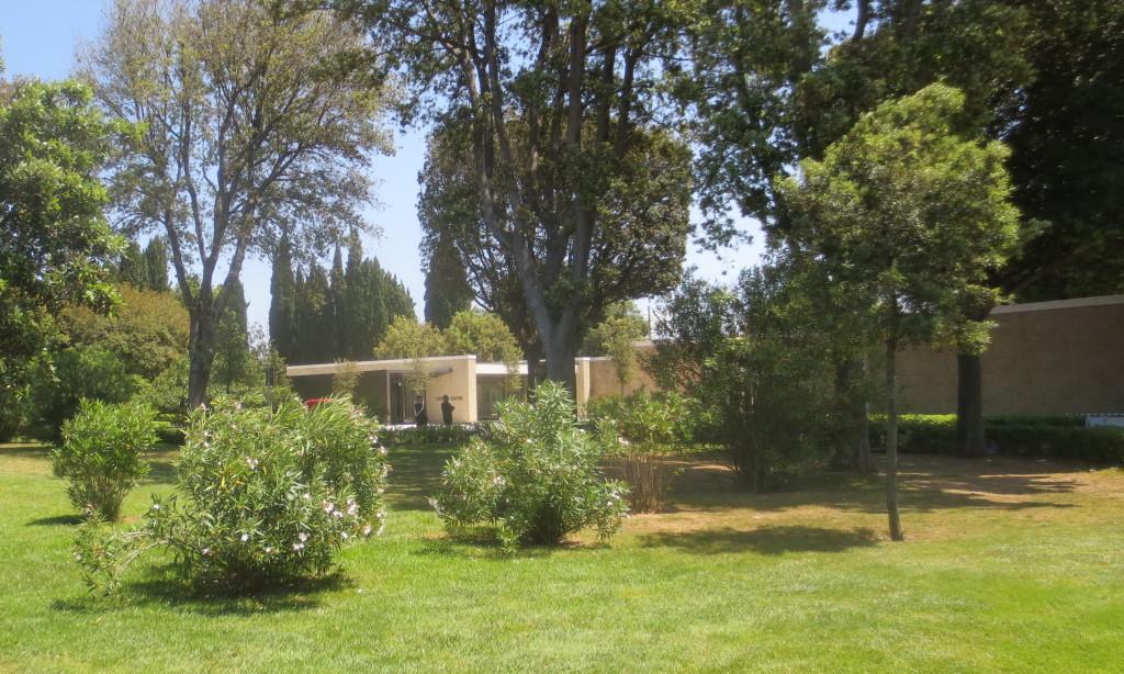 Il centro visitatori visto dal vicino giardino