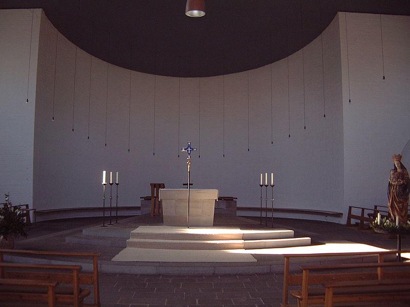 St. Laurentius, Monaco di Baviera (progetto E. Steffan, met? degli anni '50). Ritenuto da Fr?d?rik Debuyst esempio di come una sistemazione liturgica coinvolgente tutta l'assemblea possa compiersi anche in una chiesa parrocchiale.