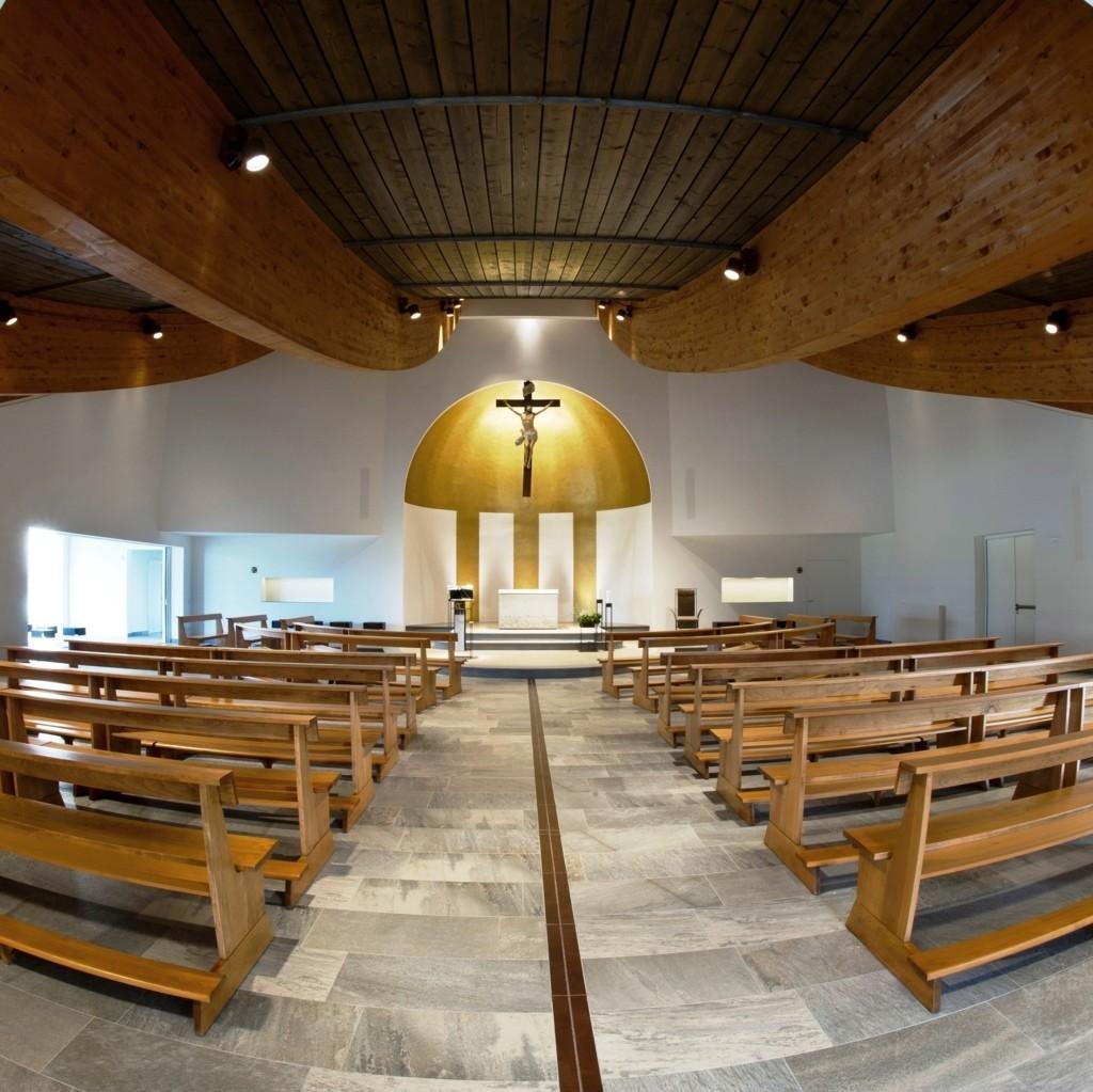 Il percorso assiale verso l'altare e l'abside dove la croce risalta contro il fondo oro. Il battistero, in prossimit? dell'ingresso, accanto alla base del campanile.