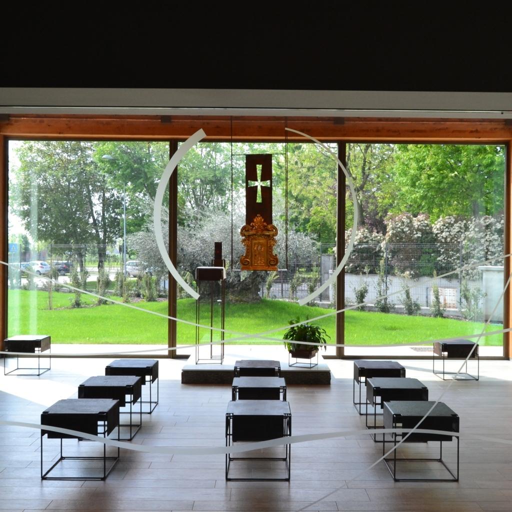 Il rapporto visivo tra cappella eucaristica e giardino.