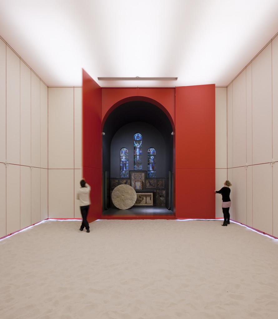 L'altare apapre entro una cornice di vivido rosso.
