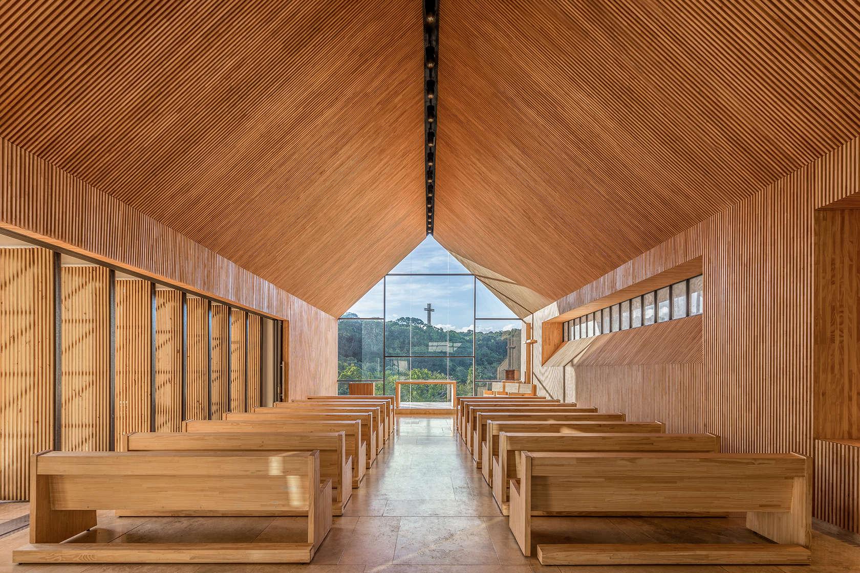 Vista verso l'altare. La parete di fondo, totalmente vetrata, consente di guardare verso la grande croce che si eleva al culmine del monte, che resta a memoria delle antiche Misiones gesuite in questa che era la terra dei Guaranì.