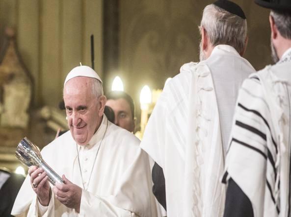 Ricevuto il gavia, papa Franceso lo mostra agli astanti.
