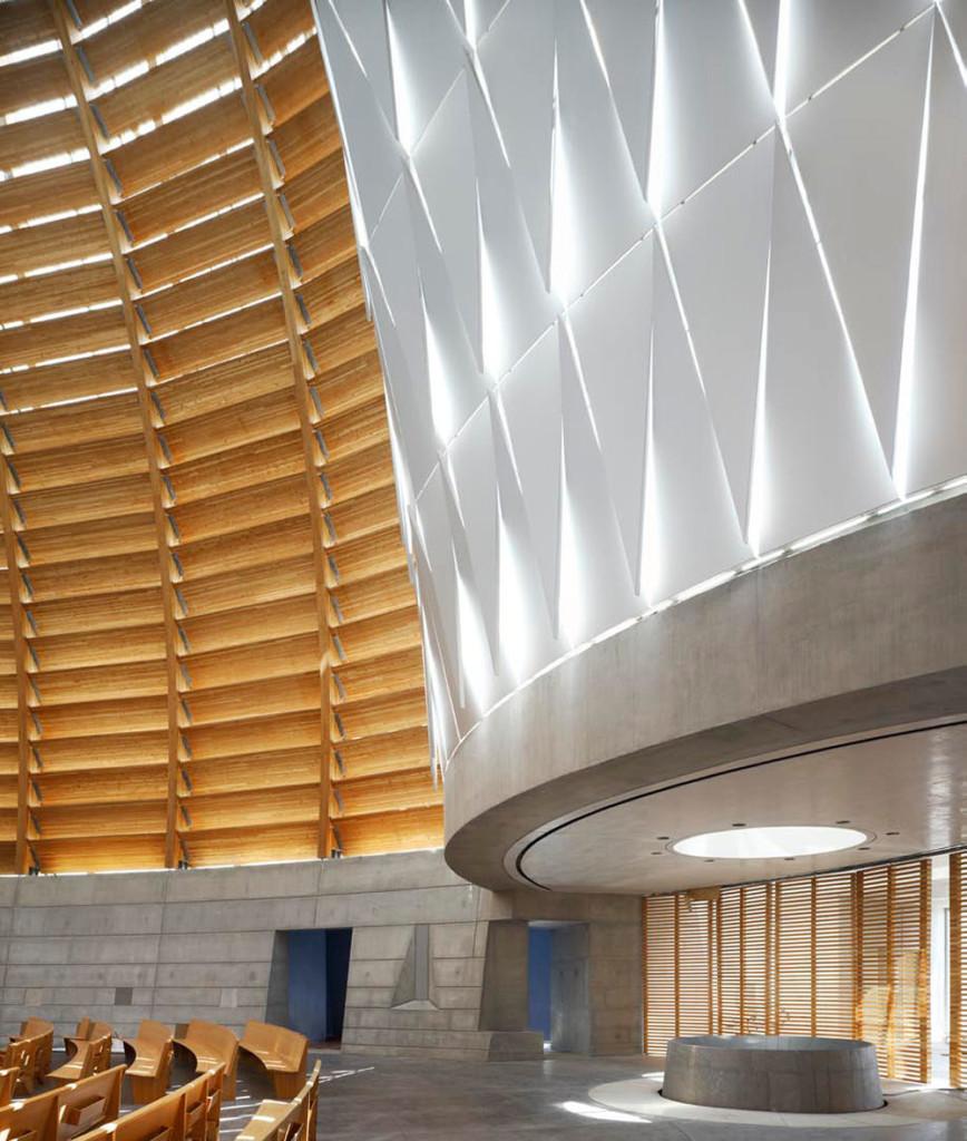 Nella Cattedrale di Oakland, progettata da Craig W. Hartman, responsabile di SOM a San Francisco, il fonte battesimale è una grande vasca rotonda la cui presenza è evidenziata dal lucernario che sale a calice.