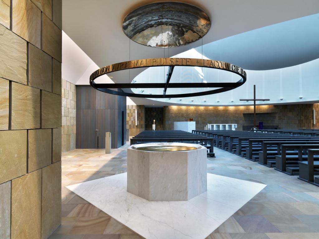 Fonte battesimale della chiesa di S. Massimiliano Kolbe, realizata tra il 2005 e il 2008 a Bergamo su progetto di Gregotti Associati.