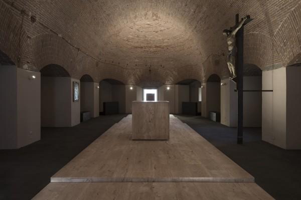 Il cocifisso e l'altare: un dialogo intenso quanto silenzioso. (foto Stéphane Giraudeau)