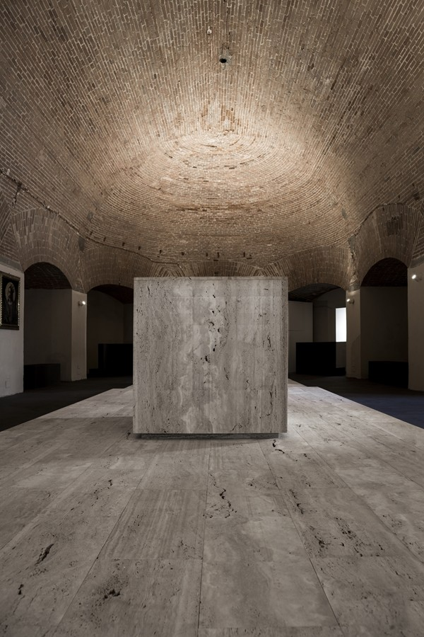 L'altare, un cubo in marmo bianco. (foto Stéphane Giraudeau)