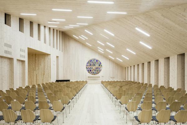 L'aula ecclesiale verso l'altare e la parete di fondo. (RRA_Knarvik-©Hundven-Clements_Photography)