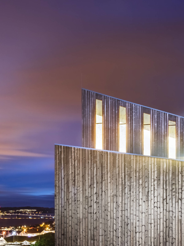 Le vetrate, ben visibili nella notte. (RRA_Knarvik-©Hundven-Clements_Photography)