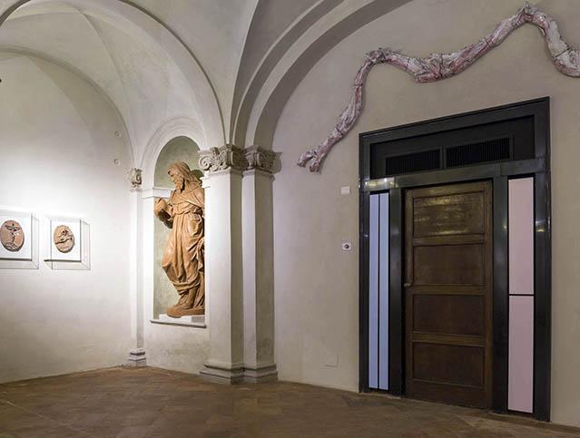 La Cripta (sulla sinistra si notano le opere di Fontana).