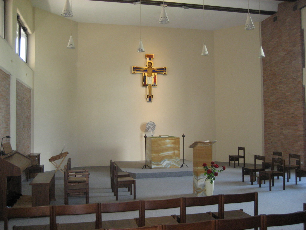 Altare e ambone sono in pietra d'onice.
