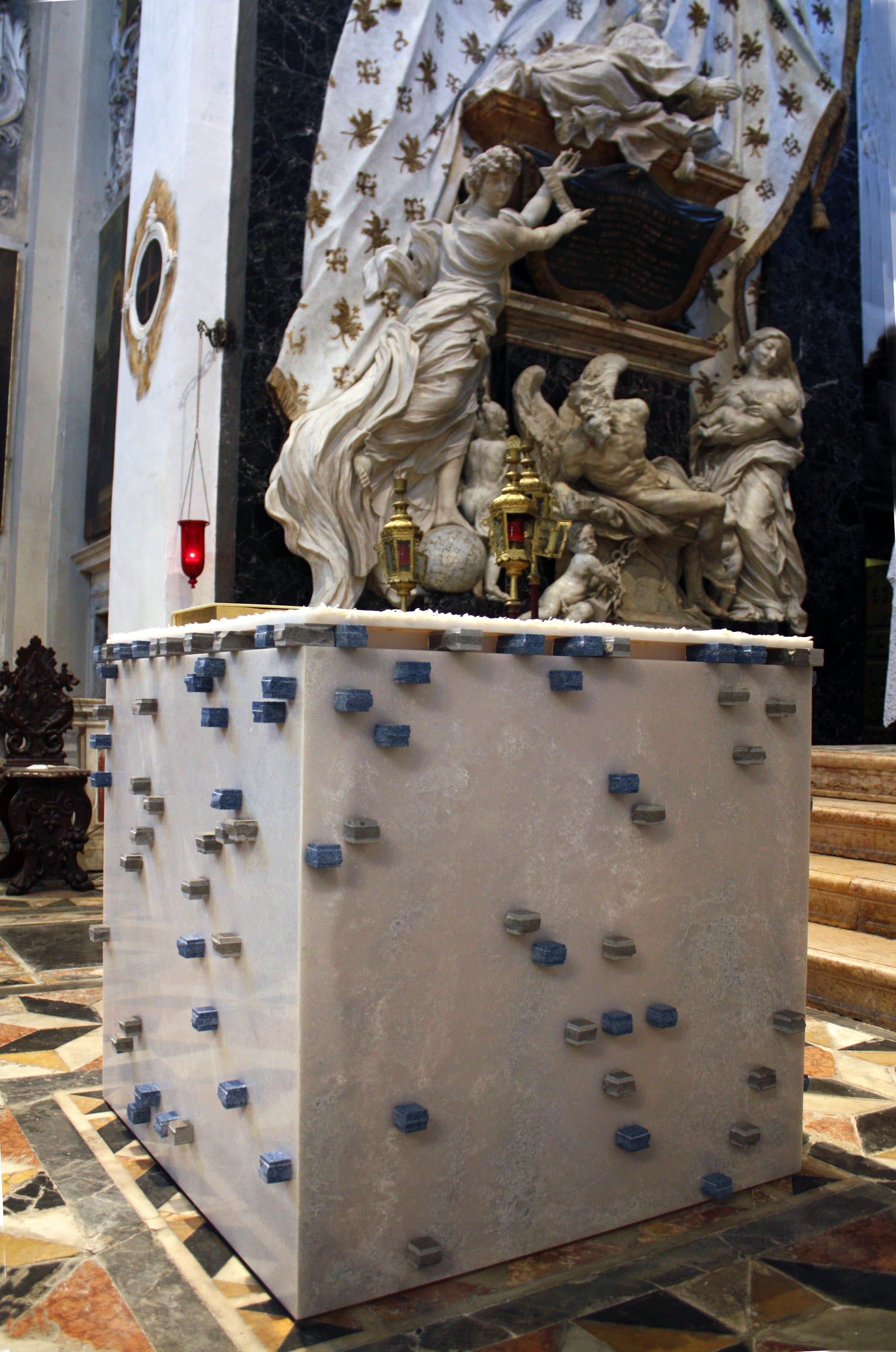 L'altare sullo sfondo delal grande macchina scenica barocca.