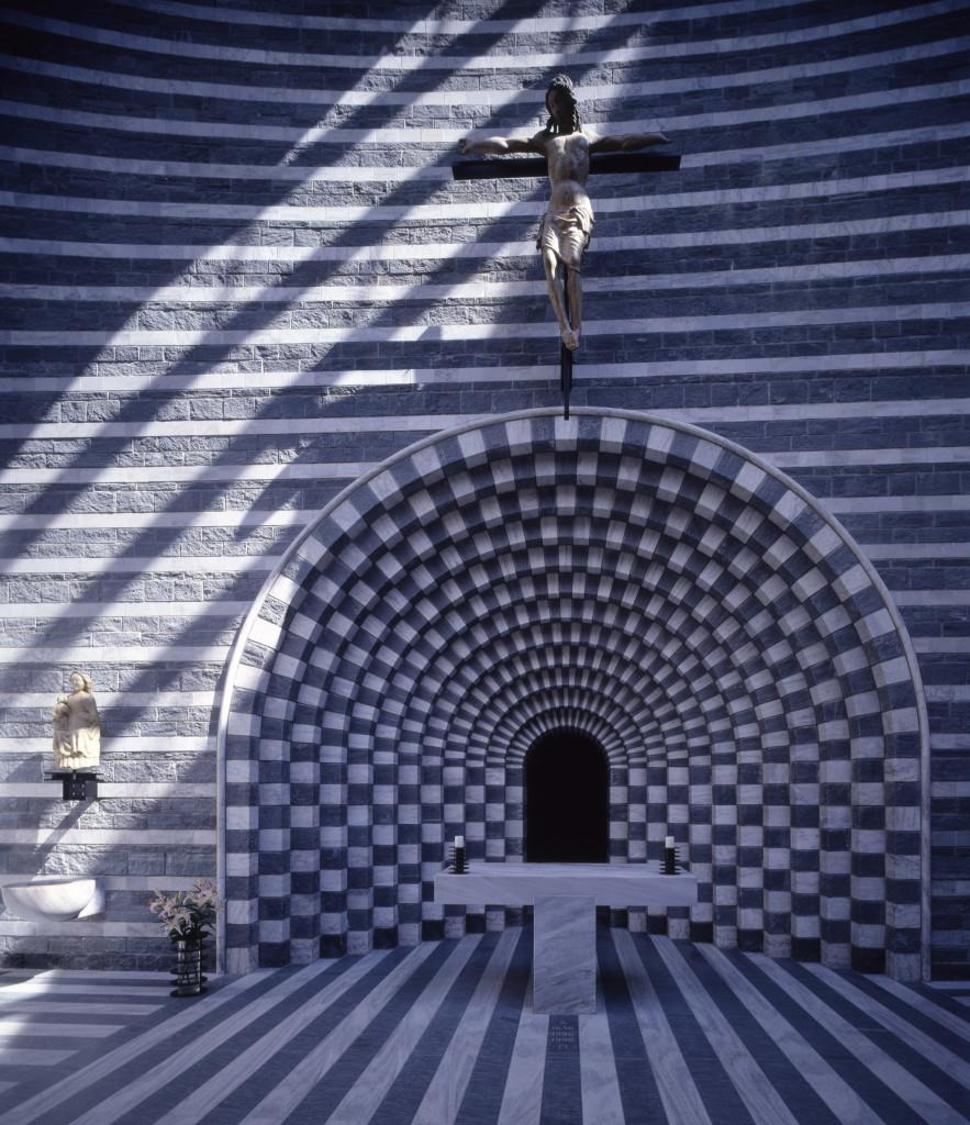 """Altare a """"Tau"""" e nicchia ad archi che diviene eloquente abside. Raramente il moderno è riuscito a raccordarsi con la storia con tanta semplicità. (foto Pino Musi, courtesy Mario Botta)."""