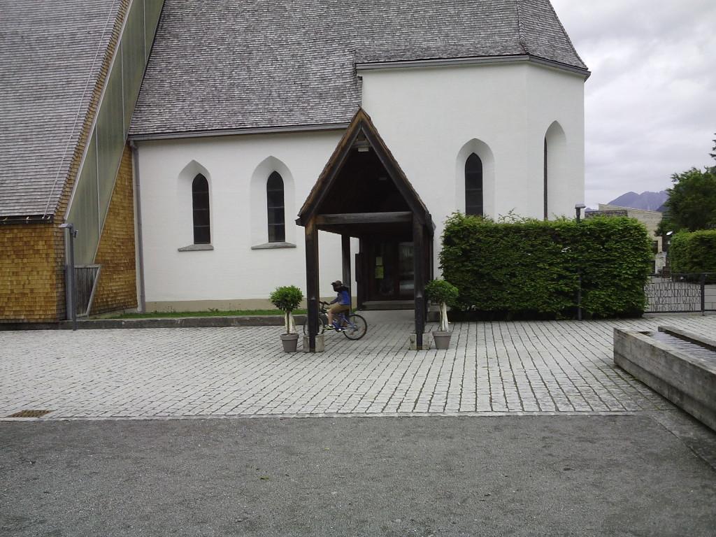 Il camminiamento coperto dell'ingresso e, a destra (v.sotto), la fontana oblunga sul sagrato.