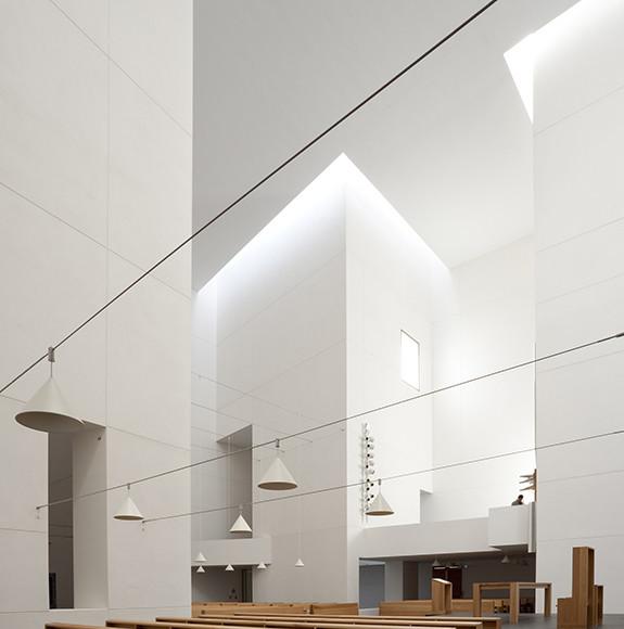 L'aula della chiesa, con pianta a croce.