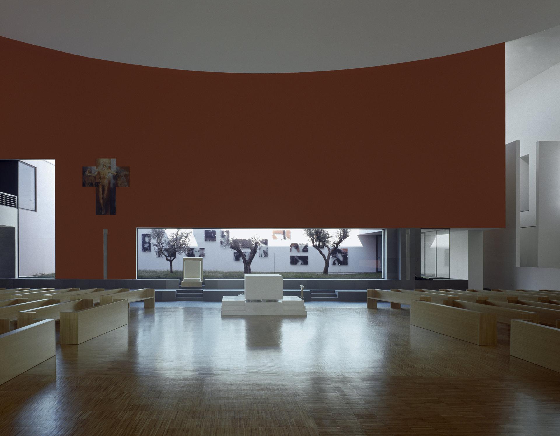 Le pareti interne son ostate rivista per accogliere la distribuzione ellittica dell'assemblea. (Foto courtesy Mauro Galantino)