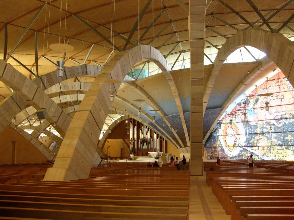 Prospettiva interna verso l'altare. Questo rimane soffocato dalla presenza el pilastrone centrale in cui convergono gli archi che definiscono struttura e architettura interna. (foto da Flikr)