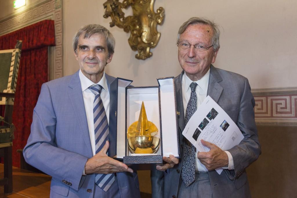 Luigi Leoni, Presidente della FOndazioe Frate sole e del suo Comitato scientifico, consegna il premio 2016 a Rafael Moneo