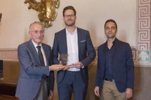 Vittorio Vaccari consegna il terzo premio ai fratelli Schultz.