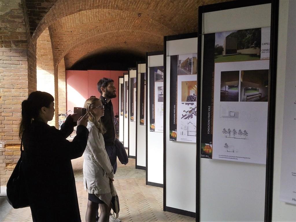 Lesposizione-dei-progetti-nel-chiostro-del-Broletto-Pavia