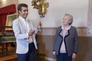 """Alejandro Beautell riceve la """"menzione"""" da Carmen Rovagnano, del COnsiglio di Amminisrtazione della Fondazione."""