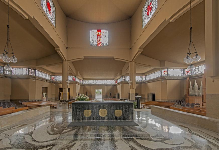 S. Maria presso San Biagio, Monza. VIsta verso l'altae. SI nota il mantomosaicato che genera continuità tra il pavimento dell'aula e la pedana dell'altare. (Foto di Vincenzo Martegani)