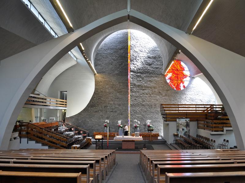 Non c'è organo fisso e il coro può ubicarsi in prossimità del presbiterio, preferibilmente sulla gradinata di sinistra.