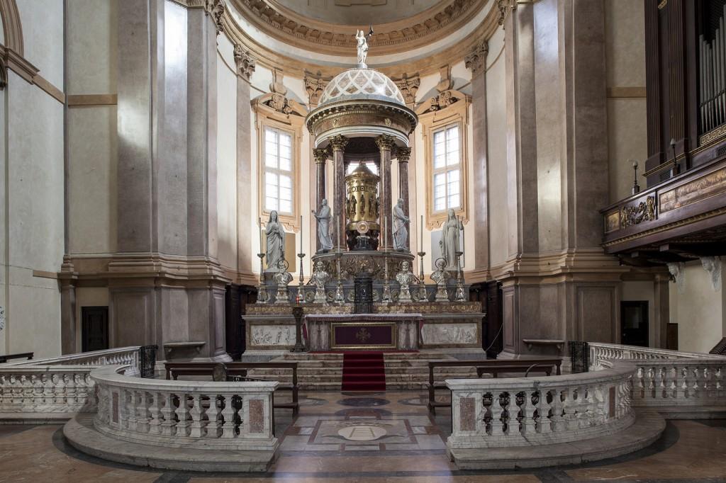 San Fedele, il presbiterio. DI fronte al tabernacolo, si nota la Corona di spine opera di Claudio Parmiggiani e nel catino absidale i tre monocromi, oro, rosso e azzurro, di David Simpson.