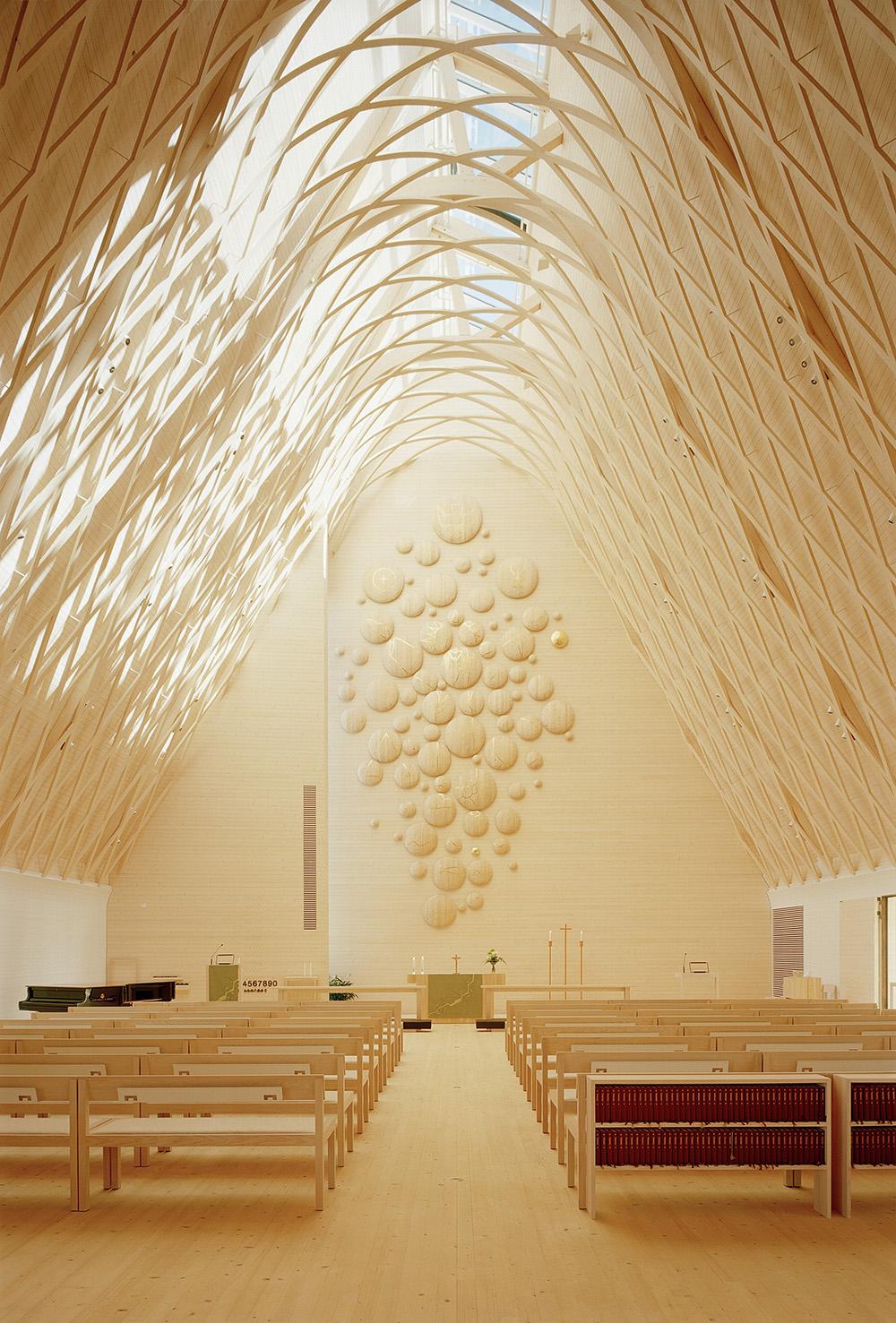 Chiesa di Kuokkala, tutto l'interno è rivestito in legno. COme è d'uso nelle chiese protestanti, invece dell'organo v'è un pianoforte posto in prossimità dell'altare.